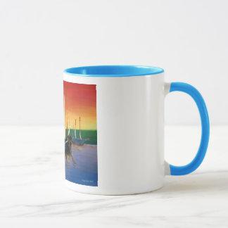 Bateau à la tasse de lever de soleil