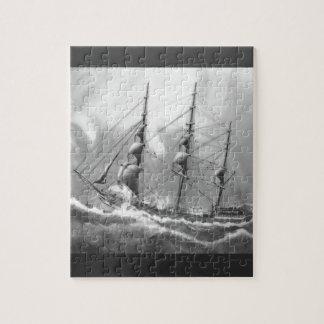 Bateau à voile en noir et blanc sur de hautes mers puzzle