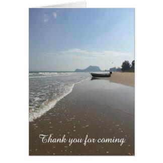 Bateau de carte de remerciements sur une plage