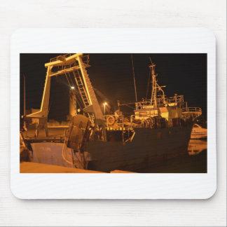 Bateau de pêche dans le port la nuit tapis de souris