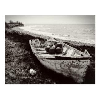 Bateau de pêche noir et blanc carte postale