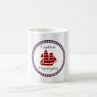 Bateau rouge nautique et rayures grises avec le mug blanc