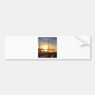 Bateaux sur la marina au coucher du soleil autocollant de voiture