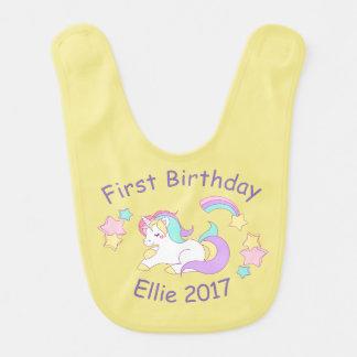 Bavoir nommé et d'année de licorne de bébé
