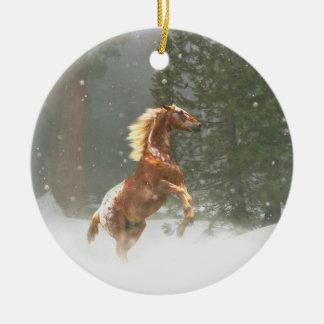 Beau cheval de élevage d'Appaloosa dans la neige Ornement Rond En Céramique