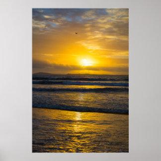 beau coucher du soleil jaune à la plage beal poster