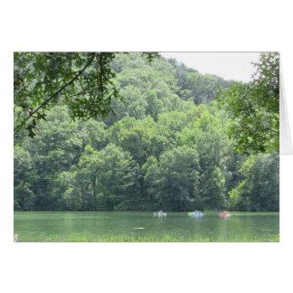 Beau lac et carte vierge de photo de Kayakers