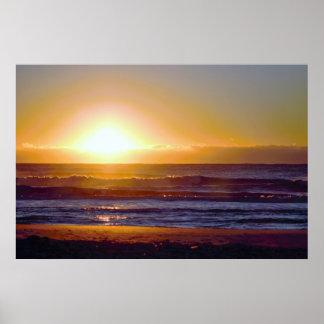 Beau lever de soleil à la photo de bord de la mer poster