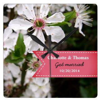 Beau mariage blanc de fleur horloge carrée