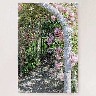 Beau puzzle rose de voûte de fleur