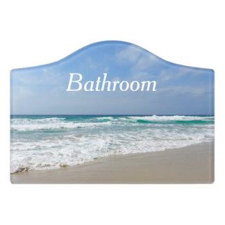 Beau signe de porte de salle de bains de plage et