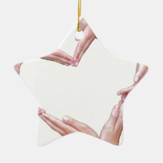 Beaucoup de bras des filles construisent le coeur ornement étoile en céramique