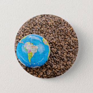 Beaucoup de grains de café entiers avec le globe badge rond 5 cm