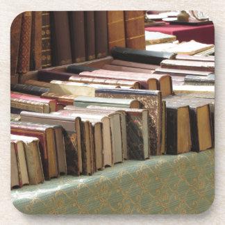 Beaucoup de livres d'occasion au marché antique dessous-de-verre