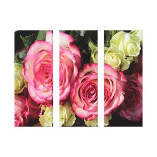 Beaux roses enveloppés de toile