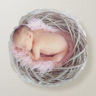Bébé dans le nid coussins ronds