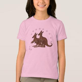 Bébé de famille de kangourou dans le T-shirts
