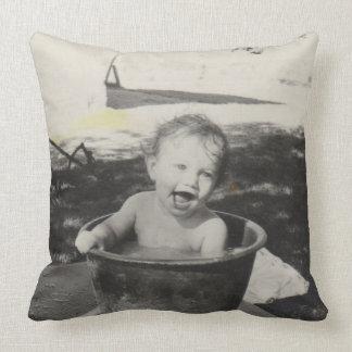 Bébé mignon dans un bain - Black&White Coussins Carrés
