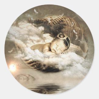 Bébé mystique d'or flottant sur l'autocollant de sticker rond