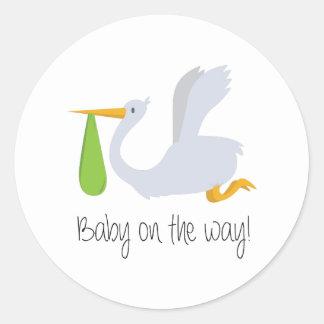 Bébé sur le chemin sticker rond