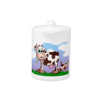 Bella la vache mangeant le foin sur un dessus de