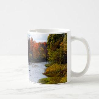 Belle tasse de café avec la rivière pittoresque de