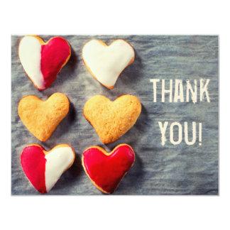 Biscuits en forme de coeur sur le carte de