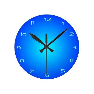 Bleu de plaine avec des horloges de centre   > de