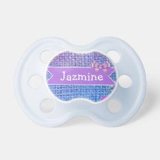 Bleu et tétine de bébé personnalisée par pourpre