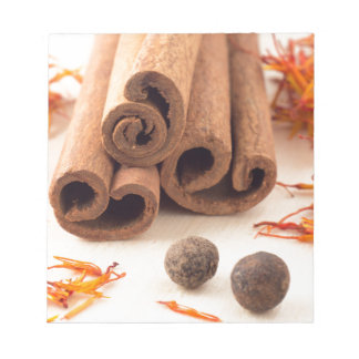 Bloc-note Bâtons de cannelle, safran aromatique et piment