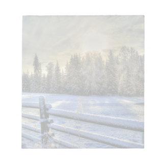 Bloc-note Champ de ferme dans la neige d'hiver au lever de