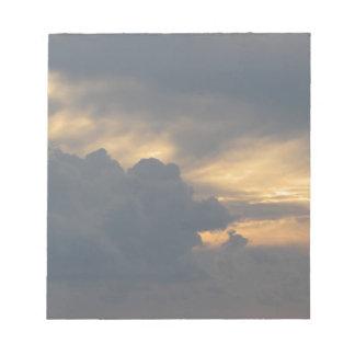 Bloc-note Ciel chaud avec des cumulonimbus de géants au
