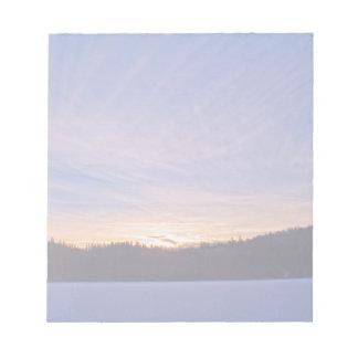 Bloc-note Coucher du soleil au-dessus de lac et d'arbres