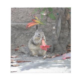 Bloc-note Écureuil affectueux de fleur