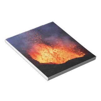Bloc-note La fontaine de la lave chaude éclate du volcan de