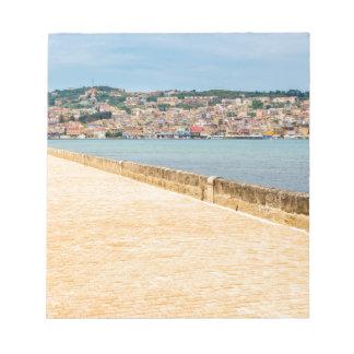 Bloc-note Port grec Argostoli de ville avec la route sur le