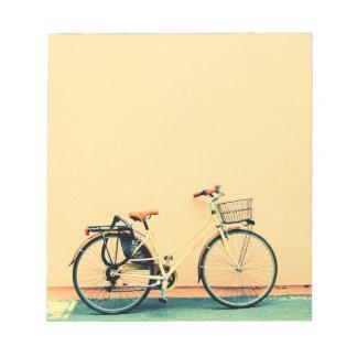 Bloc-note Roue jaune de la bicyclette deux de panier de vélo