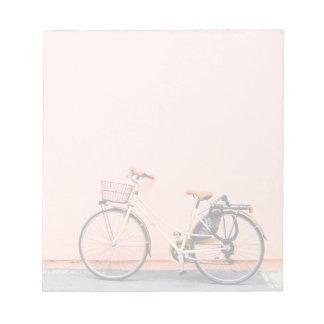 Bloc-note Roue rose de la bicyclette deux de panier de vélo