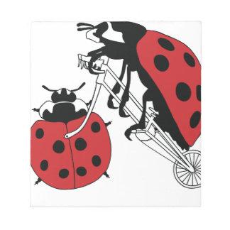 Bloc-note Vélo d'équitation de coccinelle avec la roue de