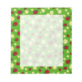 Bloc-note vert mignon de motif de fleur de coccinelle et de