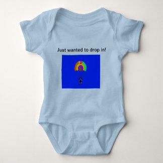 Body baisse de parachute dans le costume de bébé
