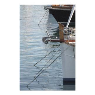 Boegen van luxezeilboten in de haven worden briefpapier