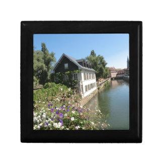 Boîte À Souvenirs Maison pittoresque avec des fleurs et des canaux,
