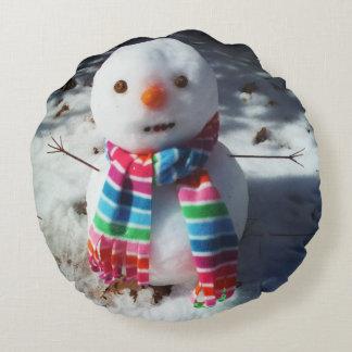 Bonhomme de neige avec l'écharpe d'arc-en-ciel coussins ronds