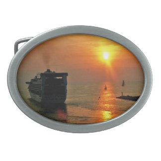 Boucles De Ceinture Ovales Coucher du soleil sur un bateau de croisière