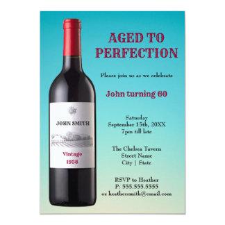 Bouteille de vin âgée à la carte d'invitation de