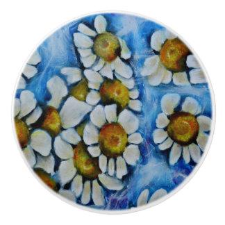 Bouton De Porte En Céramique Fleurs blanches sur un arrière - plan bleu