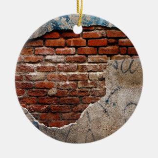Brique rouge sous le mur de ciment lacé par ornement rond en céramique