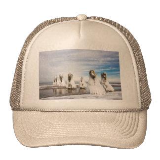 Brise-lames sur la côte de mer baltique casquette de camionneur