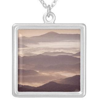 Brouillard de matin dans l'Appalache du sud Collier
